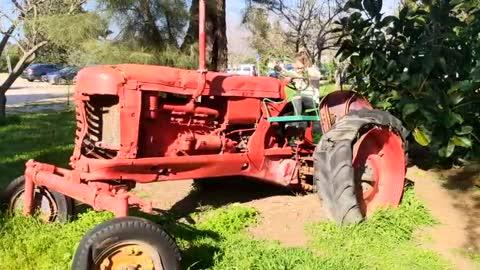 Девочка на тракторе
