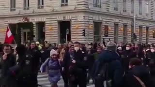 Des policiers marchent avec le peuple contre les restrictions sanitaires.....