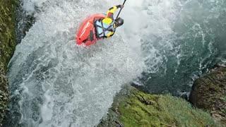 un kayak en aguas bravas que cae desde una cascada
