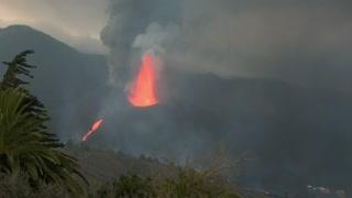 Impresionante velocidad de la lava y desborde del canal lávico