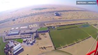 Paraquedista salta de planador em Dubai