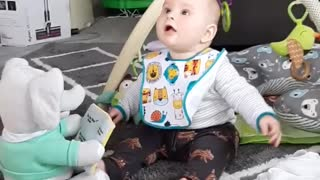 Baby showered in bubbles delivers extremely contagious laughter