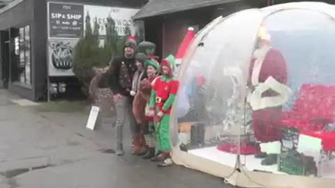 Santa claus dentro de su burbuja, en seatle usa, la nueva normalidad?