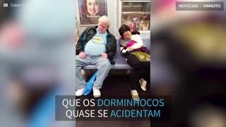 Estranhos dorminhocos quase se trombam no metrô