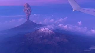 Stunning footage of Popocatépetl Volcano erupting from airplane window