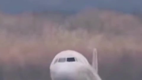 Big Airplane try to land due to HIGH WIND. Unsuccessful landing