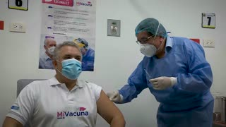 Ministro de Salud aplicó segunda dosis contra el COVID-19 al presidente Iván Duque
