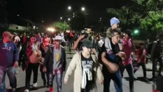 Una caravana de migrantes hondureños sale hacia Estados Unidos este miércoles