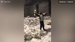 Grupo de mascarados dança na neve na Inglaterra