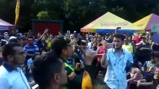 Policía se reconcilia con la empanada en Bucaramanga