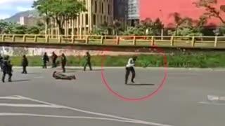 Video: Dejó inconsciente de una patada a una mujer Policía en los disturbios