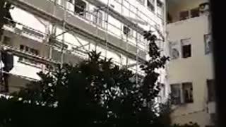 διάσωση Αφγανού στο Τζάνειο, που απειλούσε πως θα αυτοκτονήσει, πέφτοντας από τον 3ο! (video)