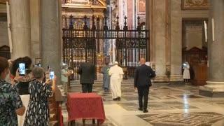 El papa Francisco sale del Vaticano por primera vez, tras confinamiento