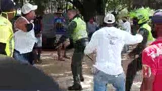 [Video] Policía y mototaxista protagonizan pelea en plena vía