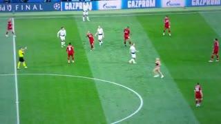Polugola navijačica prekinula finale Lige prvaka, redari je ganjali po terenu!