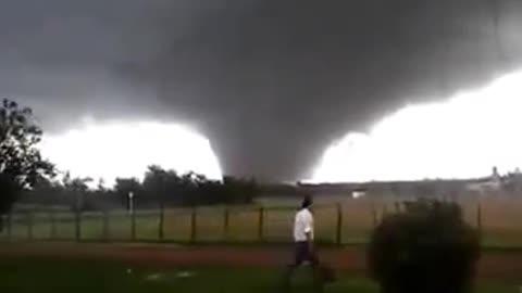 A huge tornado formed on the prairie, everyone was shocked