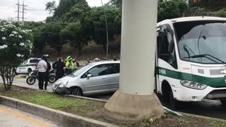 Video: Accidente entre bus de la Policía y un carro causó congestión en autopista de Bucaramanga