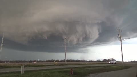 Insanely massive tornado formation captured in Illinois