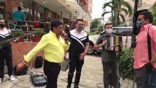 Parrandas vallenatas y mariachis amenizan el Día del Padre en las calles de Bucaramanga