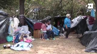 Venezolanos acampados en vía de Bogotá