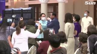 Primer Ministro de Tailandia rocía periodistas
