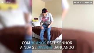 Senhor de 90 anos dança como se tivesse 20!