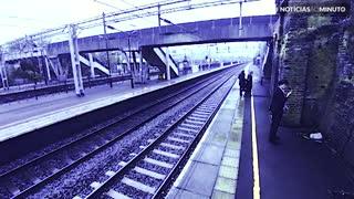 Mulher corajosa impede tragédia em estação de trem