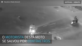 Motociclista se salva por centímetros ao colidir com caminhão