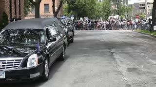 Los manifestantes gritan sin descanso mientras Mineápolis llora por Floyd