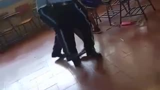 Policías atacan a un estudiante en la escuela