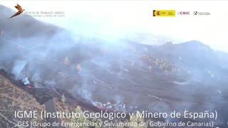 El volcán sigue su destrucción en La Palma, aunque la lava avanza lentamente