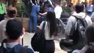Rescatan a niño que quedó atrapado en escaleras eléctricas en Medellín