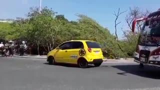 Taxista arrolla a agentes