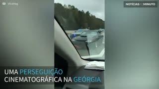 Mustang capota durante perseguição policial