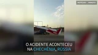 Avião colide com camionete enquanto tenta levantar voo