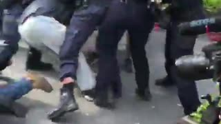 Aussie police wrestling with protestors at anti lockdown march