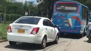 Aparatoso accidente vía Piedecuesta, buseta arrolló cuatro vehículos
