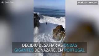 Jovem desafia a morte ao fazer slackline sobre ondas gigantes em Portugal