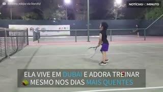Garotinha de 4 anos mostra habilidade impressionante no tênis