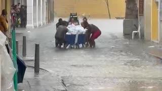 Turistas en traje de baño ayudan a carretillero en el Centro