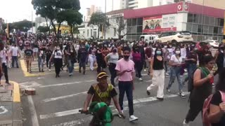 Video: Marcha por el Día de la Mujer avanza por vías de Bucaramanga