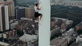 Vrouw kent geen hoogtevrees.