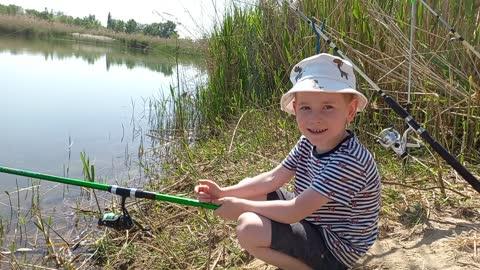 Малыш первый раз на рыбалке
