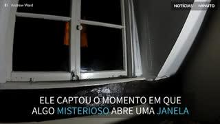 Assustador! Fantasma abre janelas de casa e proprietário registra em vídeo