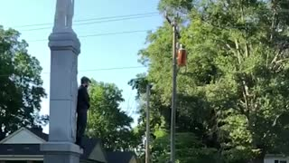 Man ties himself to Confederate monument, yells at locals to take it down