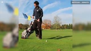 Homem mostra truques de golfe impressionantes