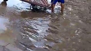 Video: Marea alta afecta movilidad