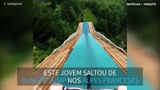 Jovem aventureiro salta de bungee jump... com bicicleta!