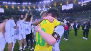 Abrazo entre Neymar y Messi en la final de la Copa América