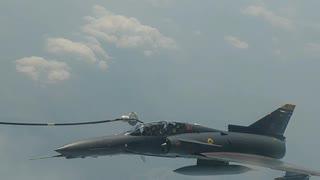Tanqueando un avión militar en el aire